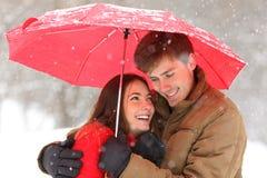 Romantyczny pary przytulenie pod parasolem snowing w zimie obrazy royalty free