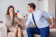 Romantyczny pojęcie z mężczyzna robi małżeństwo propozyci Fotografia Stock