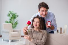 Romantyczny pojęcie z mężczyzna robi małżeństwo propozyci Zdjęcie Stock