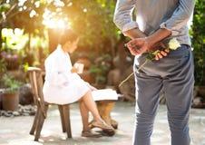 Romantyczny pojęcie z mężczyzna trzyma biel róży i ringowego robi małżeństwa Zdjęcie Stock