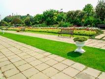 Romantyczny Pokojowy ogród z Kolorowymi kwiatami i metal ławkami Obrazy Stock
