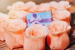 Romantyczny prezent hided w róża pomysle Zdjęcia Royalty Free