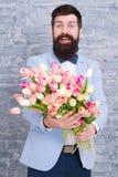Romantyczny prezent Macho dostaje gotowa romantyczna data Czeka? na kotu? Tulipany dla sympatii Mężczyzna dobrze przygotowywająca zdjęcie royalty free