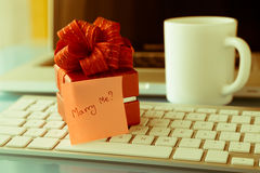 Romantyczny prezent z Poślubia ja? miłości wiadomość, valentine dnia conce Fotografia Royalty Free