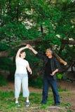 Romantyczny spacer przez drewien starszy i energiczny para spacer na otwartej przestrzeni zdjęcie stock
