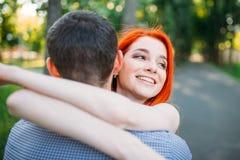 Romantyczny spotkanie, potomstwo pary uściśnięcia wpólnie Zdjęcia Royalty Free
