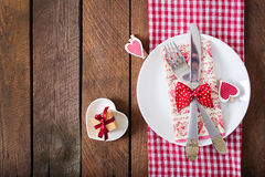 Romantyczny stołowy położenie dla walentynka dnia w wieśniaka stylu Zdjęcie Royalty Free