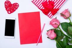Romantyczny tło: smartphone, kwiat róże o i pusty prześcieradło, Obraz Royalty Free