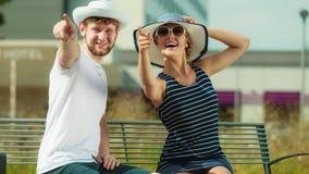 Romantyczny turysta pary obsiadanie na ławce zdjęcia stock