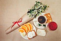 Romantyczny Urodzinowy BreakfastCup kawa, Szklanego og czerwony napój, Rżnięta pomarańcze, ciastko z chałupa serem Życzenie karta Obraz Royalty Free