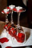 Romantyczny Valentine& x27; s dnia dekoraci trzy wineglasses z świeczkami i czerwonymi różami zdjęcie stock