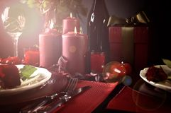 Romantyczny walentynka dnia stołu położenie z obiektywu racą fotografia royalty free