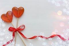 Romantyczny walentynki ` s dnia tło Lizaki w formie serca zamykają w górę białego tła na zdjęcie stock