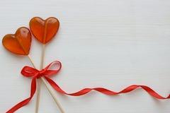 Romantyczny walentynki ` s dnia tło Lizaki w formie serca zamykają w górę białego tła na obrazy stock