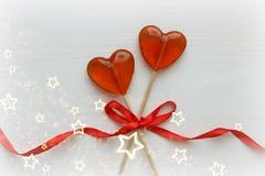 Romantyczny walentynki ` s dnia tło Lizaki w formie serca zamykają w górę białego tła na obrazy royalty free