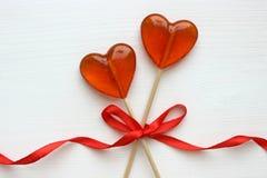 Romantyczny walentynki ` s dnia tło Lizaki w formie serca zamykają w górę białego tła na obraz stock