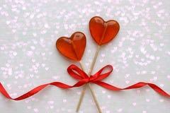 Romantyczny walentynki ` s dnia tło Lizaki w formie serca zamykają w górę białego tła na zdjęcia stock