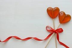 Romantyczny walentynki ` s dnia tło Lizaki w formie serca zamykają w górę odosobnionego na białym tle fotografia stock