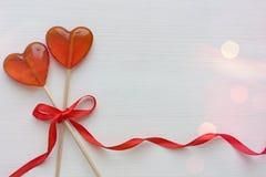Romantyczny walentynki ` s dnia tło Lizaki w formie serca zamykają w górę odosobnionego na białym tle obraz stock