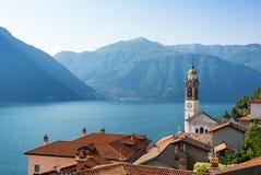 Romantyczny widok na jeziornym como i stary kościelny wierza w północnym Włochy Zdjęcie Stock