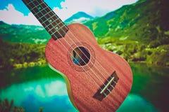 Romantyczny widok ukulele gitara przy halną natury zielenią Zdjęcie Royalty Free