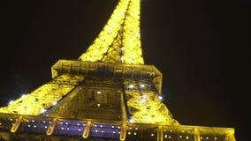 Romantyczny wieczór z lśnień światłami wieża eifla, magiczny moment w Paryż zbiory wideo