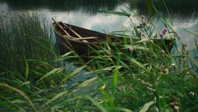Romantyczny wiejski krajobraz z starą łodzią rybacką na jeziorze piękna rzeka zbiory