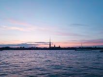 Romantyczny zmierzch w St Petersburg podczas białych nocy Purpurowy niebo, chmurnieje, macha, i statki na Neva Sylwetka fortness Obraz Royalty Free