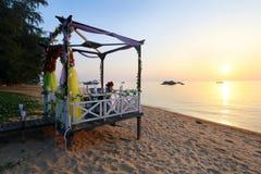 Romantyczny zmierzchu gość restauracji plażą Obraz Royalty Free