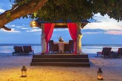 Romantyczny zmierzchu gość restauracji przy plażą Zdjęcie Stock