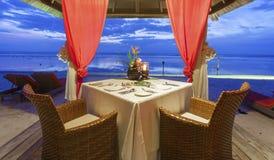 Romantyczny zmierzchu gość restauracji przy plażą Zdjęcia Royalty Free