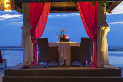 Romantyczny zmierzchu gość restauracji przy plażą Obraz Royalty Free
