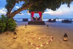 Romantyczny zmierzchu gość restauracji przy plażą Obraz Stock