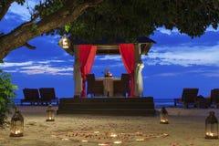 Romantyczny zmierzchu gość restauracji przy plażą Zdjęcia Stock