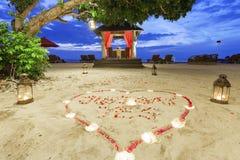 Romantyczny zmierzchu gość restauracji przy plażą Zdjęcie Royalty Free