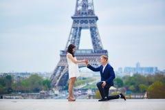 Romantyczny zobowiązanie w Paryż zdjęcie stock