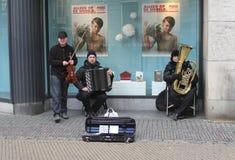 Romanymusiker spielen Zigeunermusik in Utrecht, die Niederlande Stockbild