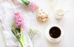 Romanze Frühstück, Tasse Kaffee, Milchkrug und Kuchen des Morgens mit Dekor der rosa Hyazinthe Frühling Beschneidungspfad eingesc Stockbilder