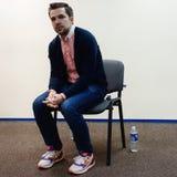 Romanziere bielorusso Sasha Filipenko che si siede nella sedia immagine stock libera da diritti