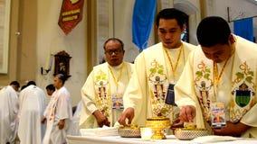 Romare - katolska präster som tar nattvardsgång under kongregationmass stock video