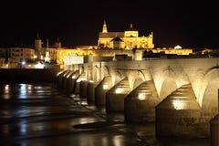 Romaren överbryggar av Cordoba på natten Arkivfoto