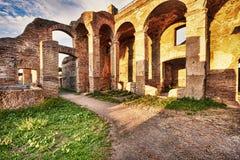 Romaren fördärvar i forntida Ostia med skymt av gallerierna och shoppar arkivbild