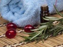 Romarin et fiole frais avec le pétrole Image libre de droits