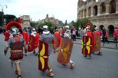 Romański wojsko blisko colosseum przy antycznych romans dziejową paradą Zdjęcie Stock