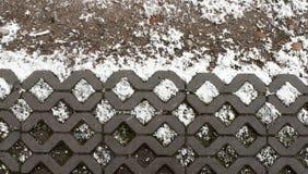 Rombformad konkret trottoar som täckas med snö Arkivbilder