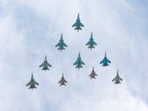 Rombo di volo di Sukhoi e di MiG-29 Immagine Stock
