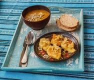 Rombos da batata com cebolas e sopa fritadas da abóbora na bandeja Foto de Stock