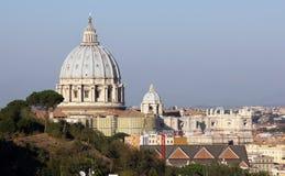 """Rome †""""over de bomen en de daken aan de Basiliek van Heilige Peter's Royalty-vrije Stock Foto's"""
