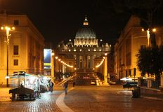 Rome —sikt av den helgonPeter's basilikan along via dellaen Conciliazione Royaltyfria Bilder