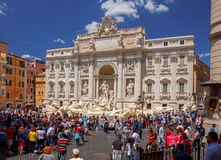 rome Туристы около фонтана Trevi Стоковое Изображение RF